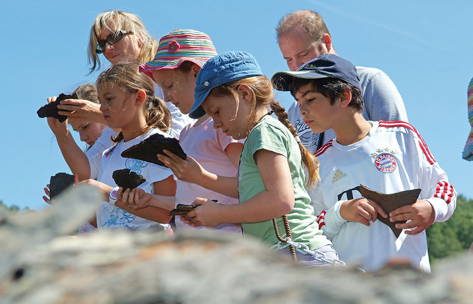 Menschengruppe die nach Fossilien sucht