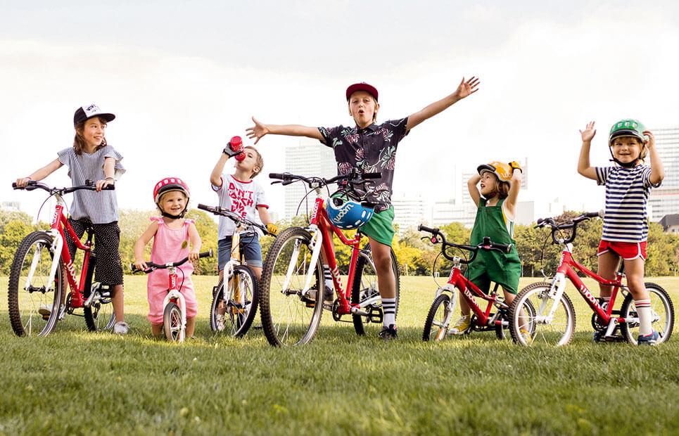 Viele Kinder auf Fahrrädern