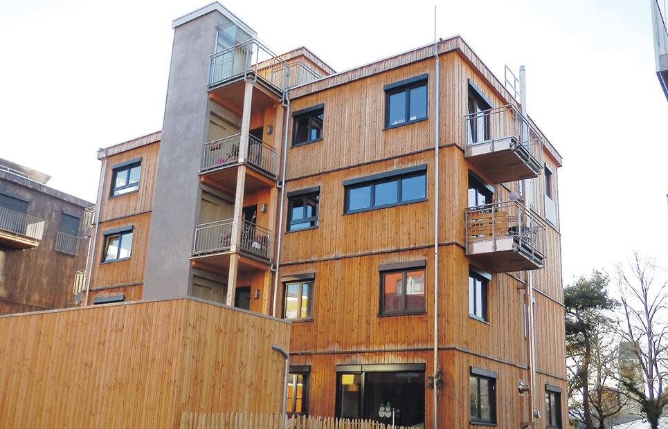 Mehrfamilienhaus mit Holzverkleidung