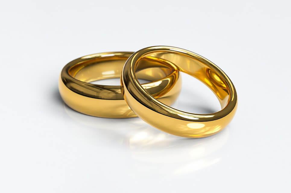 Ein Paar goldene Eheringe
