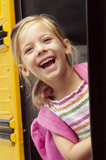 Kind steigt in Schulbus