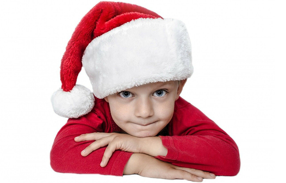 Junge mit Weihnachtsmannmütze