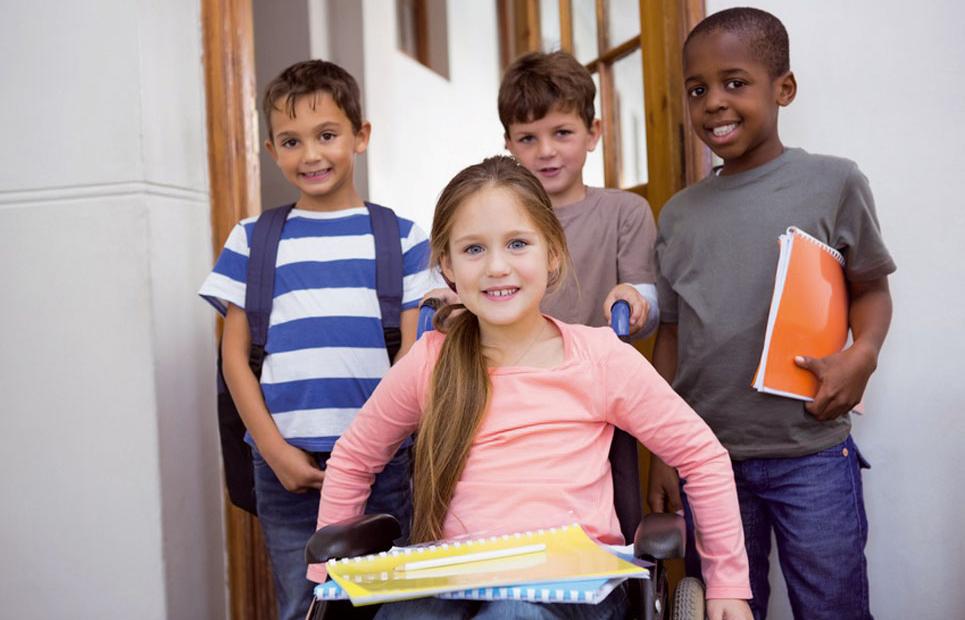 Mädchen im Rollstuhl mit Mitschülern