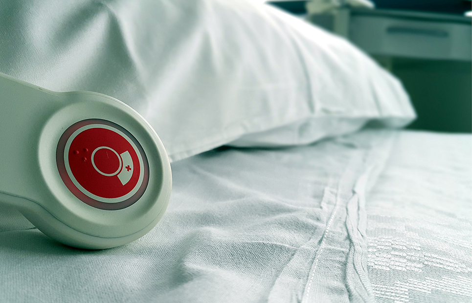 Krankenhausbett mit Rufknopf
