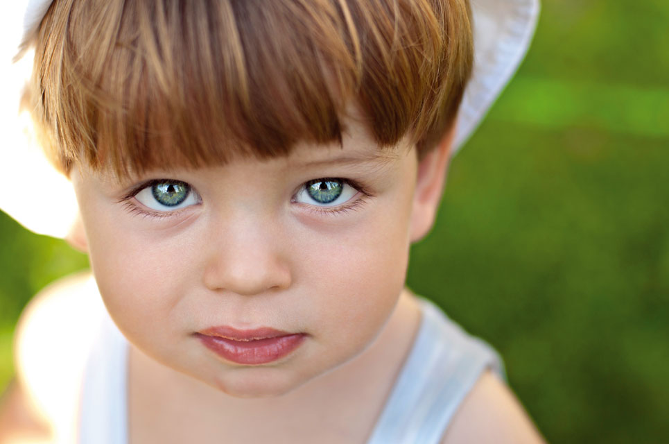 Kind blickt in Kamera