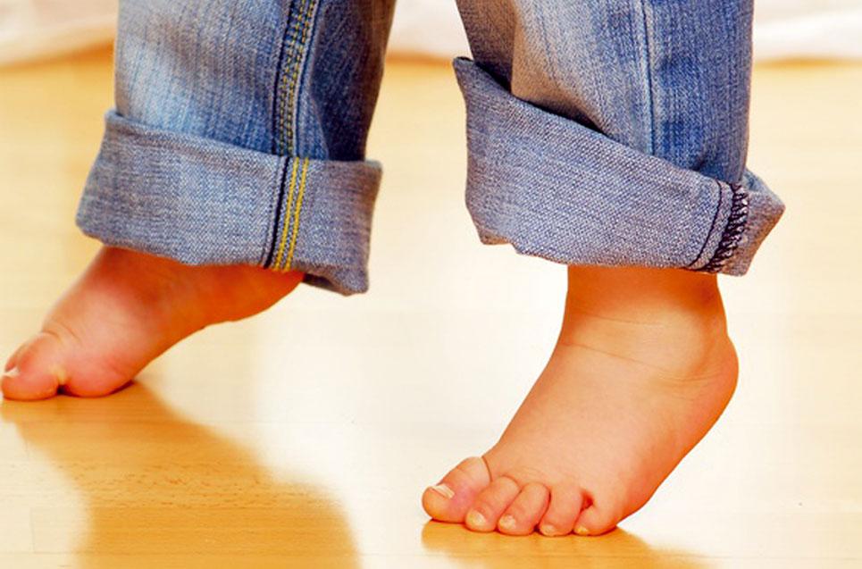 Kleinkind geht auf Zehenspitzen