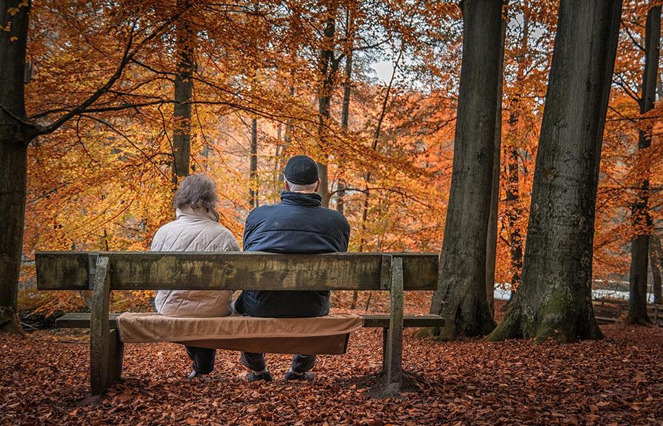 Renterehepaar sitzen auf Bank