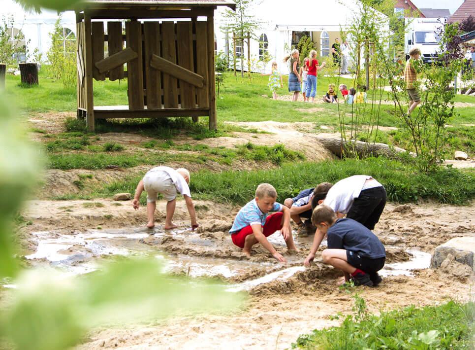Kinder auf Spielplatz