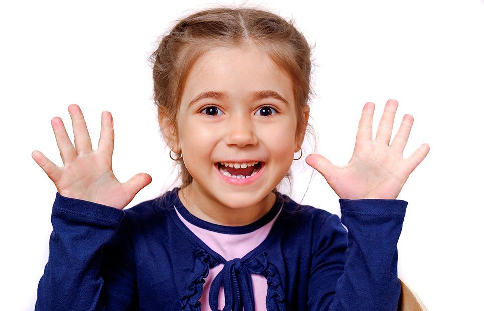 Mädchen hebt beide Hände