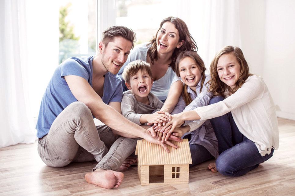 Familie mit Modellhaus