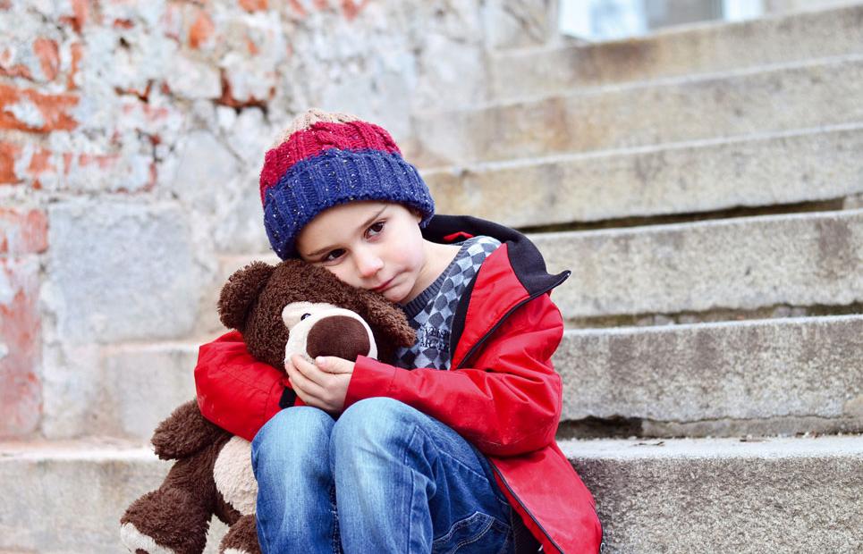 Weinendes Kind alleine mit seinem Teddy