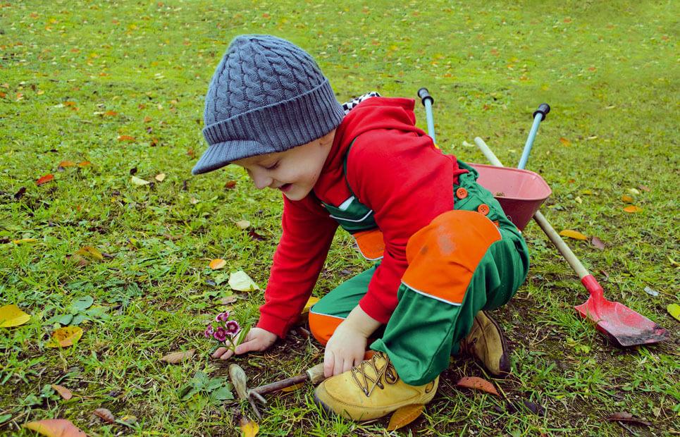 Kind arbeitet im Garten