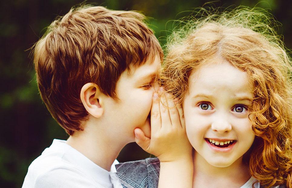 Kinder flüstern
