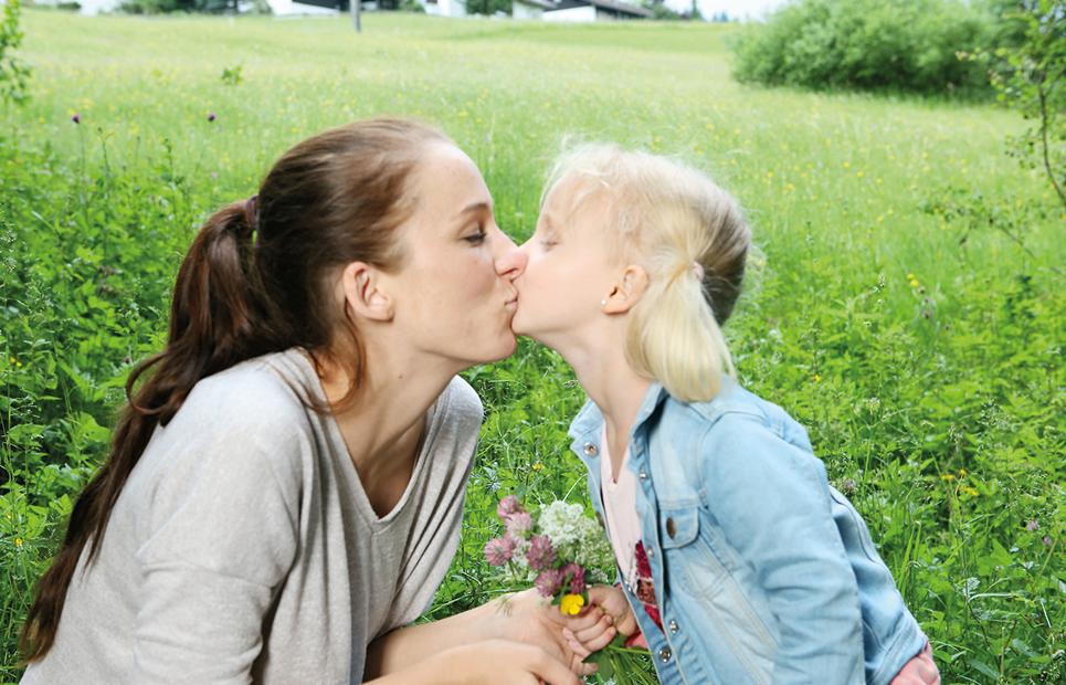 Mutter und Tochter auf einer Wiese