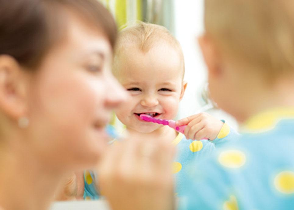 Kleinkind putzt Zähne