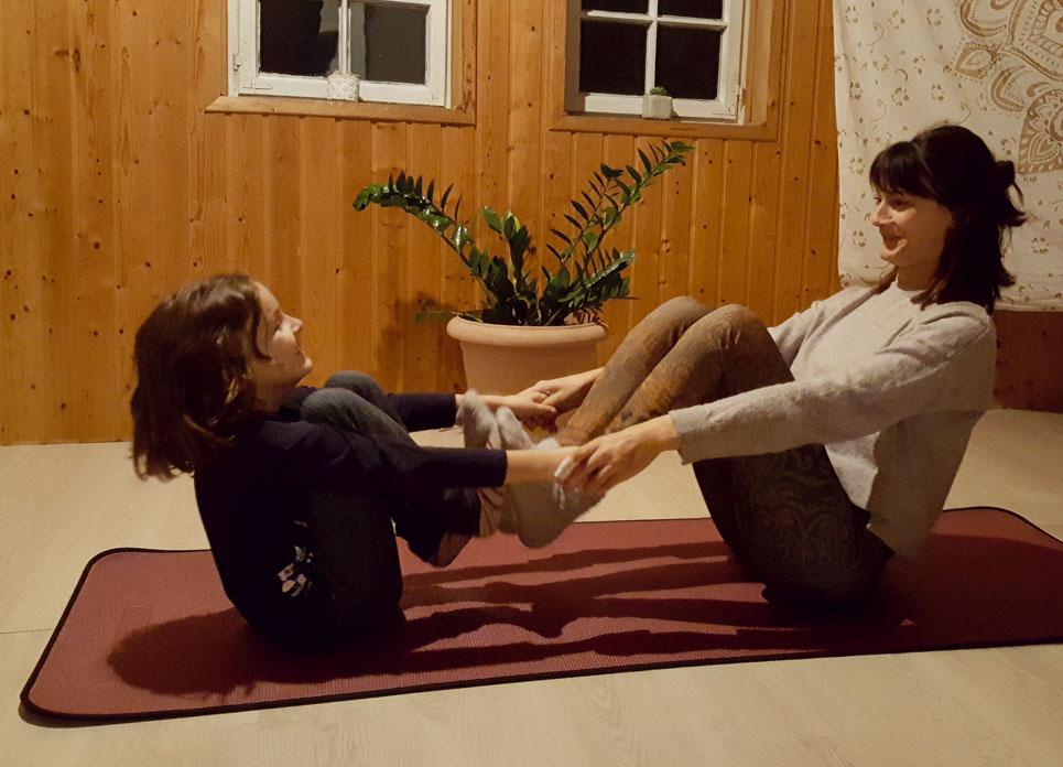 Tochter und Mutter machen Yoga