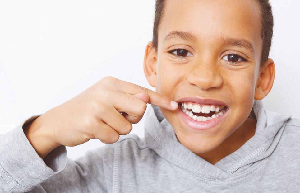 Junge mit unsichtbarer Zahnspange