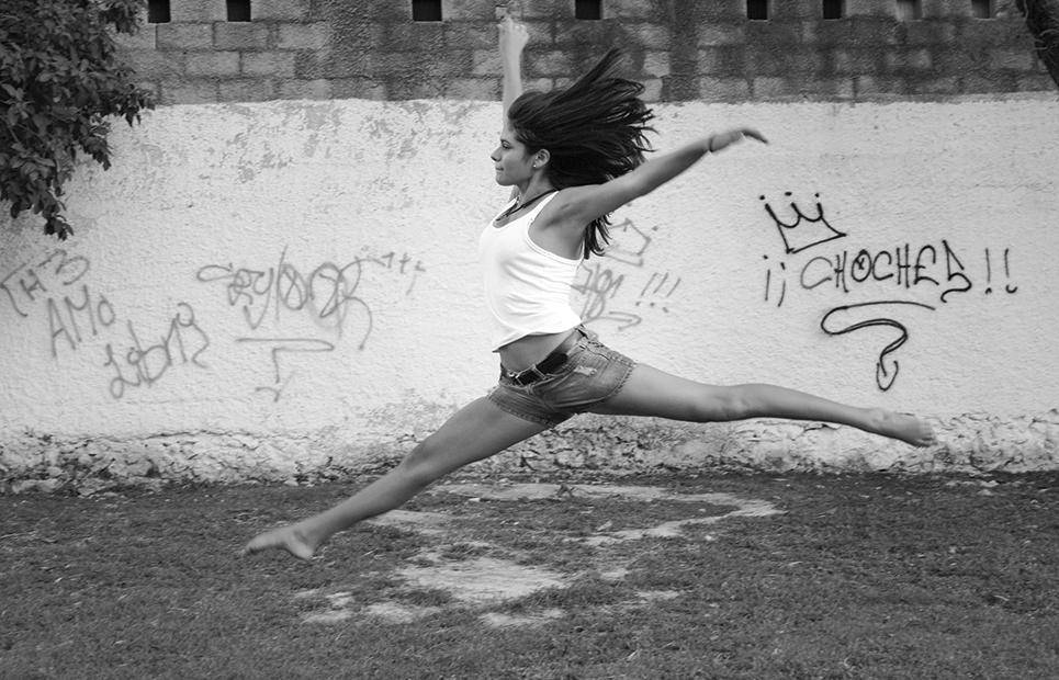 Junge Frau tanzt