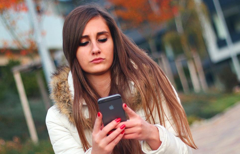 Frau schreibt auf Smartphone