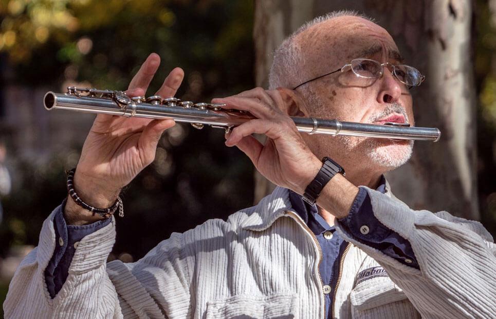 Mann spielt Querflöte