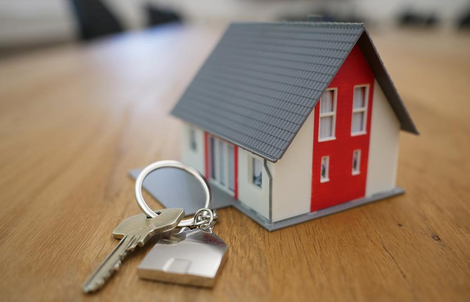 Miniaturhaus und Hausschlüssel