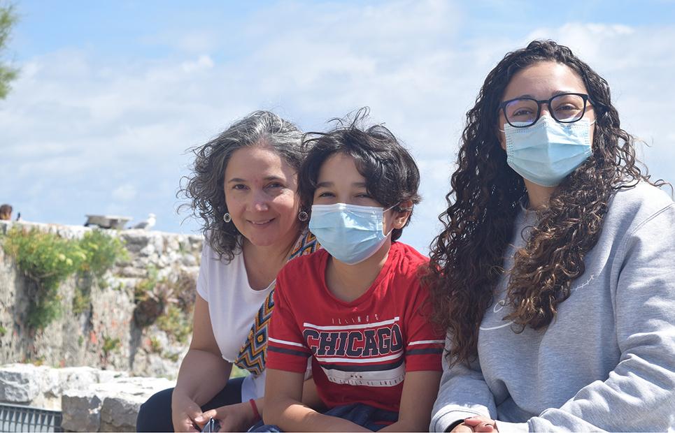 Mutter und Kinder tragen Masken