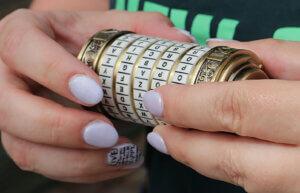 Frauenhände halten ein Kryptex