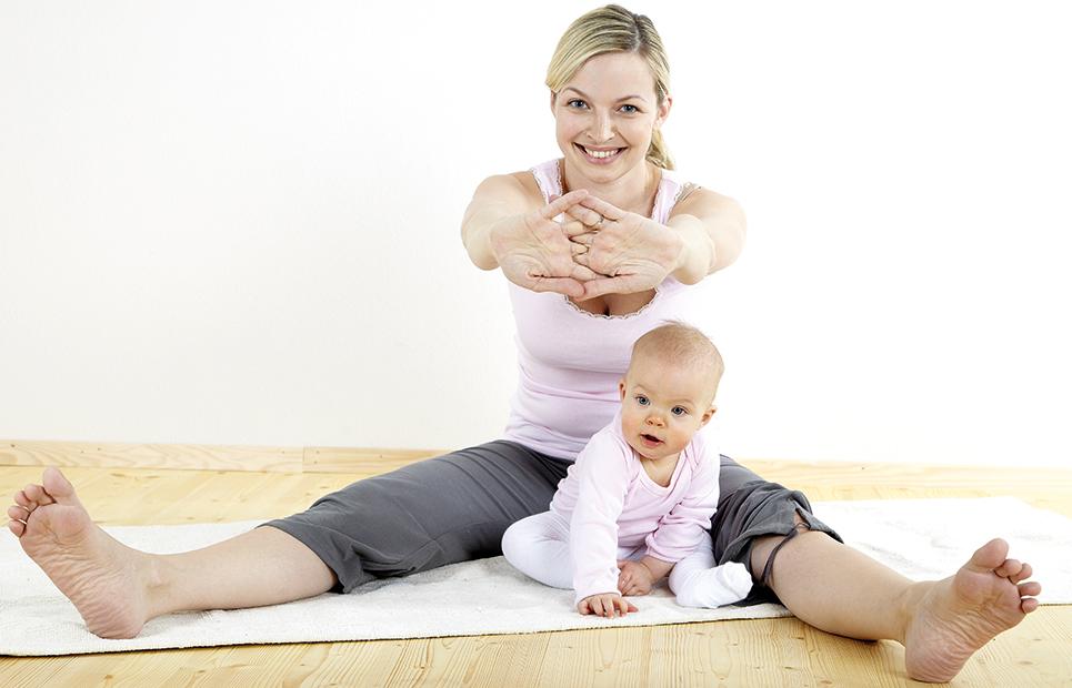 Mutter macht Gymnastik mit Baby