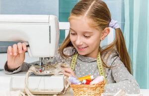 Ein Mädchen arbeitet mit einer Nähmaschine