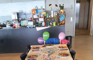 Ein gedeckter Tisch für einen Kindergeburtstag