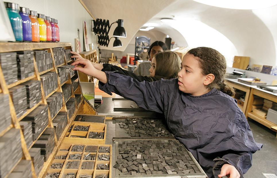 Kinder in der Druckwerkstatt des Jungen Museums Frankfurt.