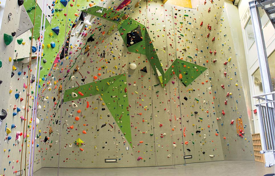Kletterwand in einer Kletterhalle