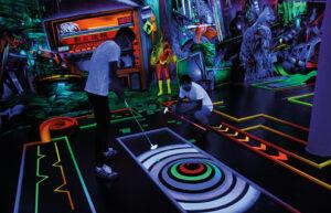 Minigolfspieler im Schwarzlicht