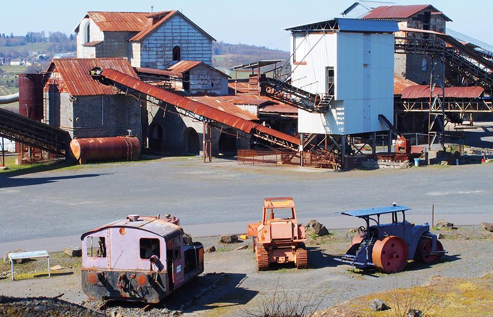 Blick auf die alten Industriegebäude im Balsaltsteinbruch des Stöffel-Parks