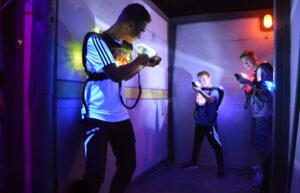 Drei Jungen beim Lasertag-Spielen