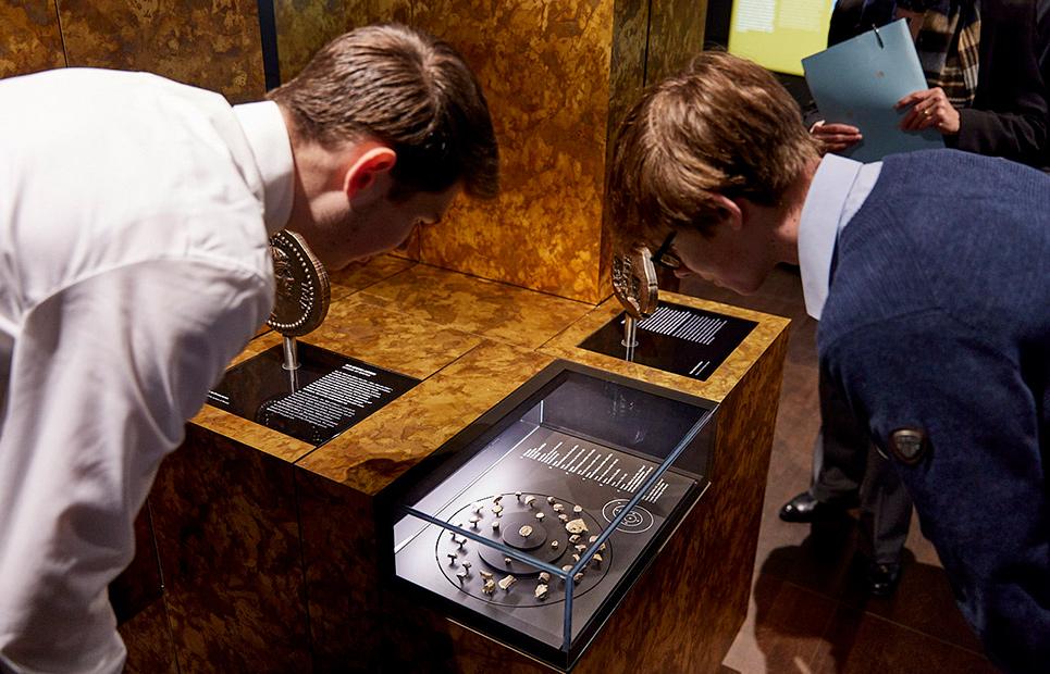 Zwei Jungen schauen sich ein Ausstellungsstück im Geldmuseum an